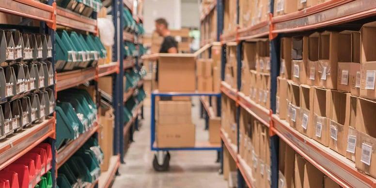 Un entrepôt logistique stocke les différentes marchandises