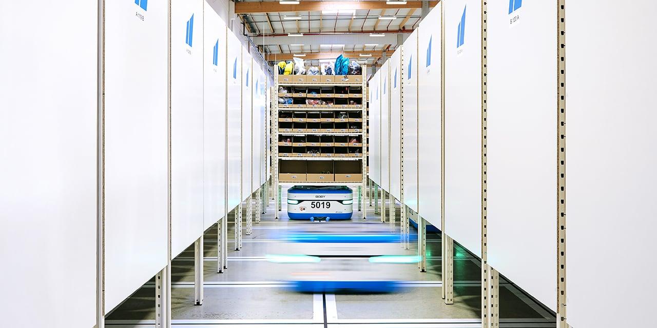 D'une grande performance, agilité et flexibilité, les robots mobiles sans ancrage au sol, peuvent être déployés, au fil de l'évolution des flux logistiques.