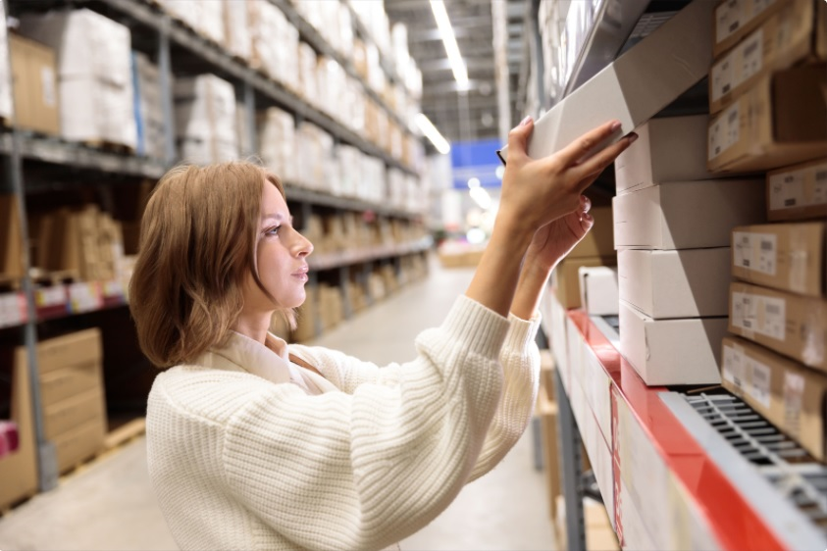 alt: picking in warehouse